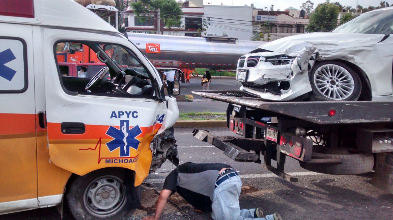Colisión entre ambulancia, auto y camioneta deja 3 lesionados