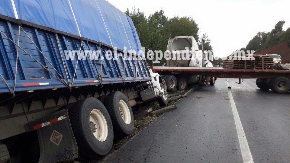 2 accidentes de unidades de carga dejan solamente daños materiales