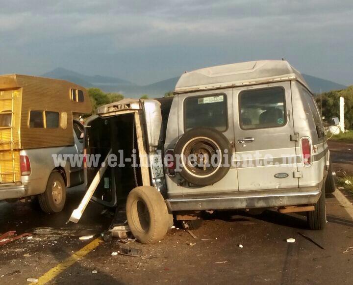 Aparatosa carambola deja tres mujeres lesionadas y una camioneta volcada en Tangancícuaro