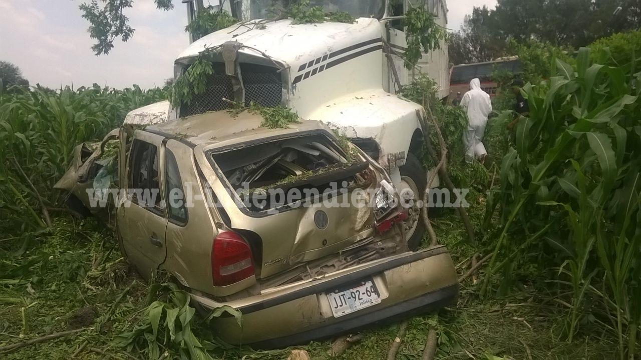 Una pareja fallece tras un aparatoso choque de su auto contra un torton