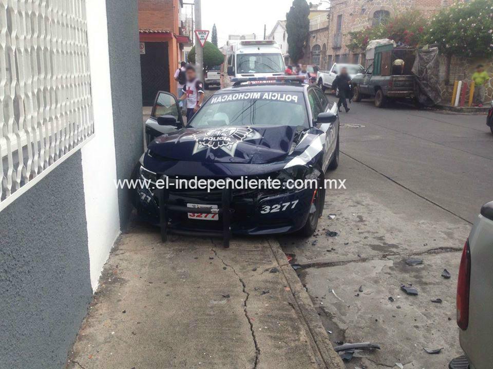 Automóvil se le atraviesa a una patrulla y provoca un accidente.