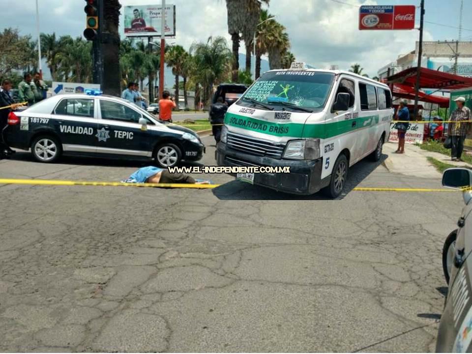 Muere peatón al ser arrollado por combi del servicio público en Tepic