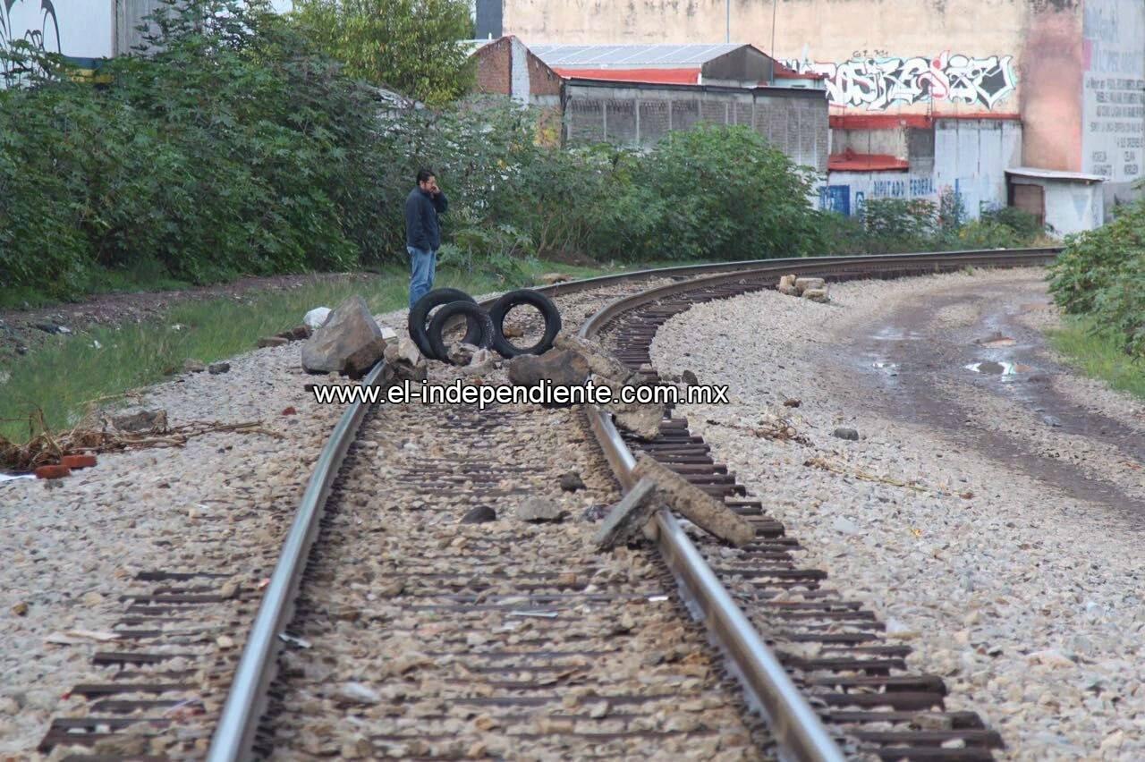 Docentes de la CNTE realizan bloqueos en las vías del tren en Michoacán