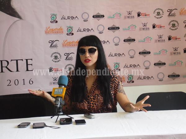 Mon Laferte considera posibilidad de grabar un disco en Zamora