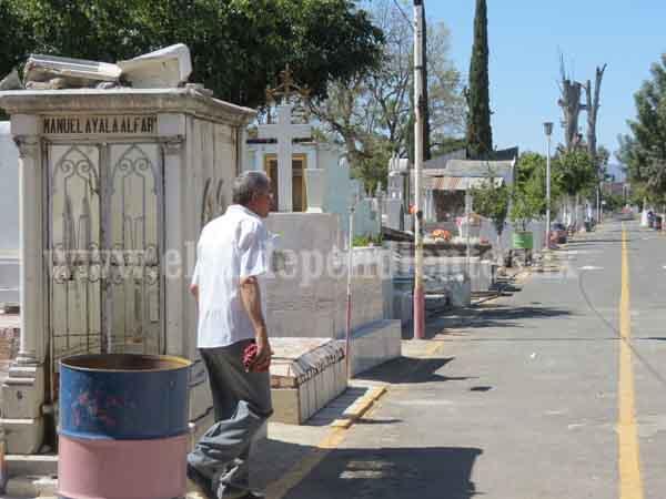 Refuerzan medidas preventivas para evitar dengue en Panteón Municipal