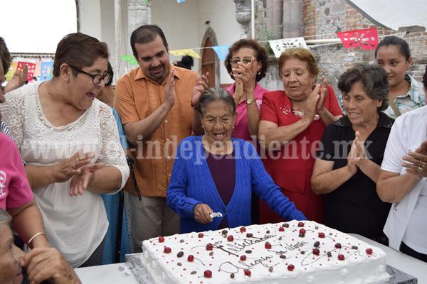 ÁNGEL MACÍAS, ALCALDE DE IXTLÁN, FESTEJÓ AL ADULTO MAYOR