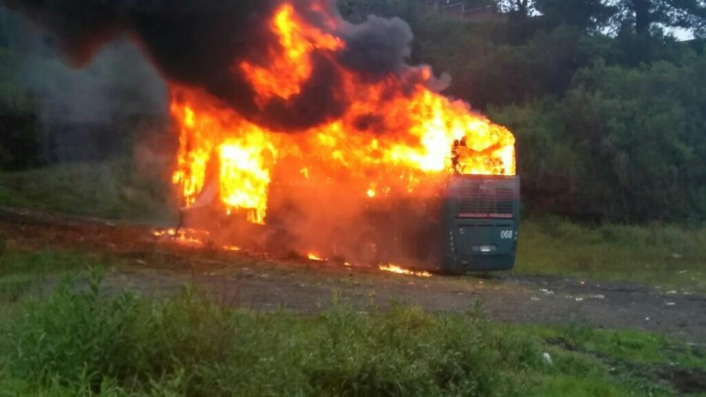 ¿Provocación o protesta? Integrantes de ONOEM queman un autobús en Arantza
