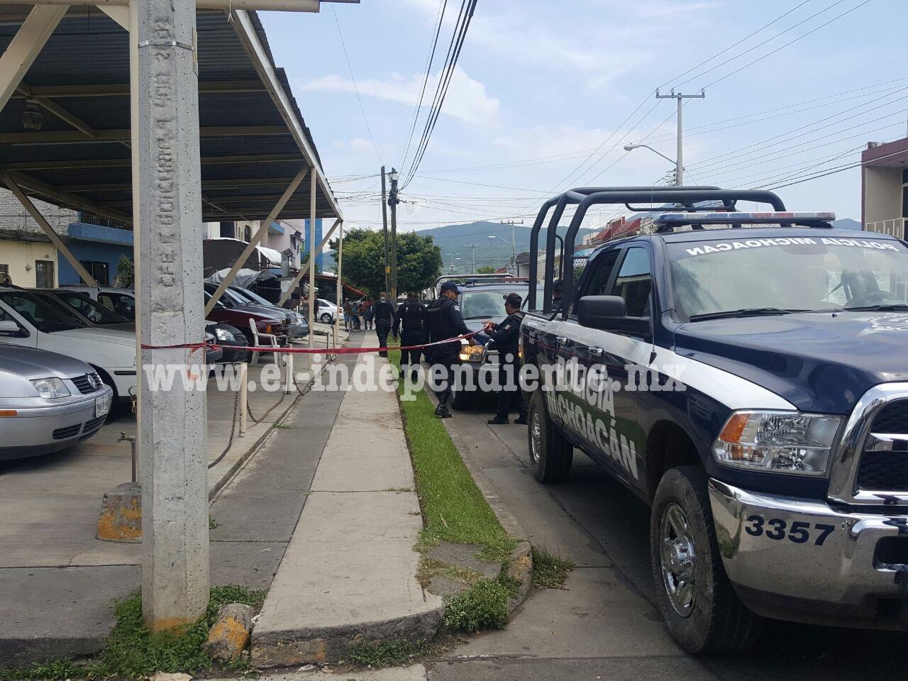 Un muerto y un lesionado deja ataque a balazos en lote de venta de autos en Zamora