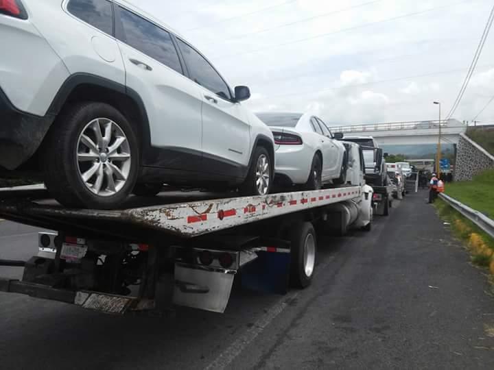 """Se accidenta convoy que llevaba vehículos del hijo de """"El Chapo"""""""