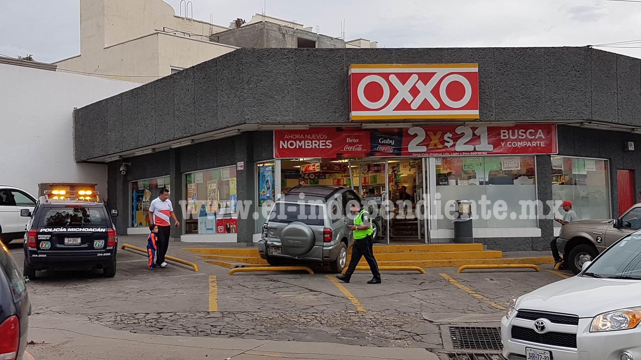 Camioneta termina parcialmente dentro de un Oxxo, no hay víctimas