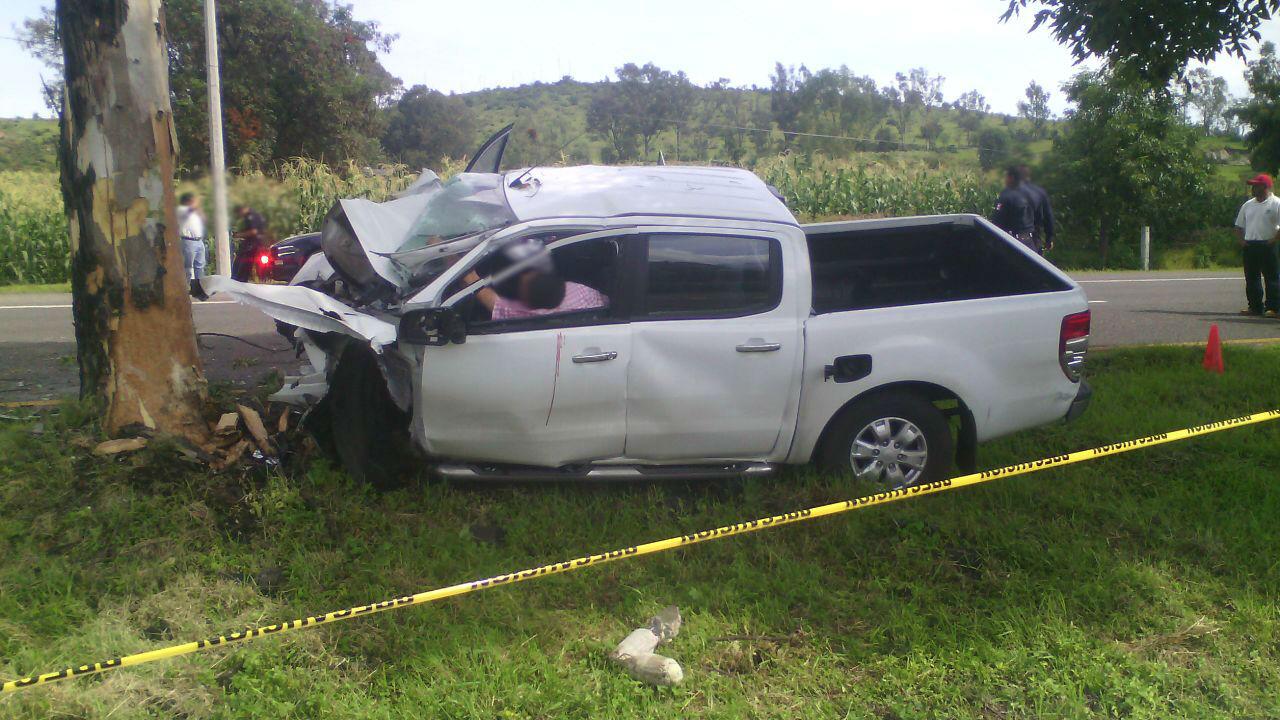 Chofer de camioneta pierde la vida al chocar contra un árbol