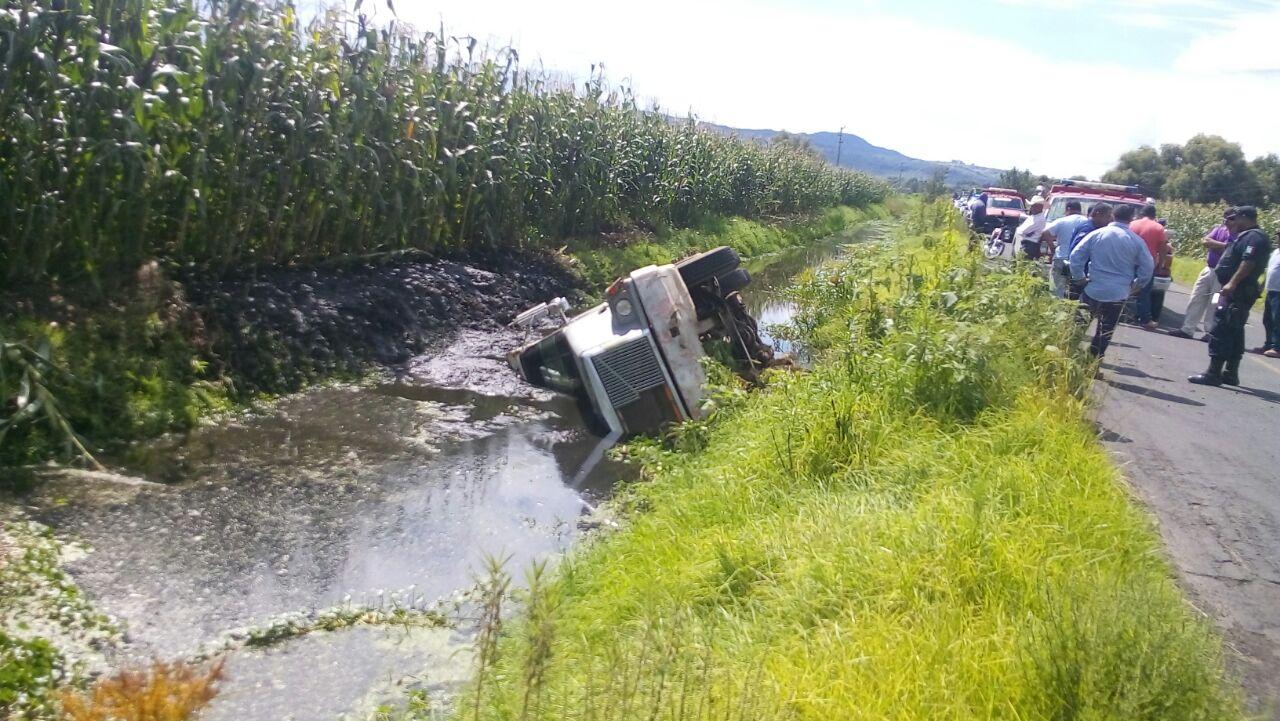 Vuelca camión de carga en Zacapu, termina dentro de un canal de agua