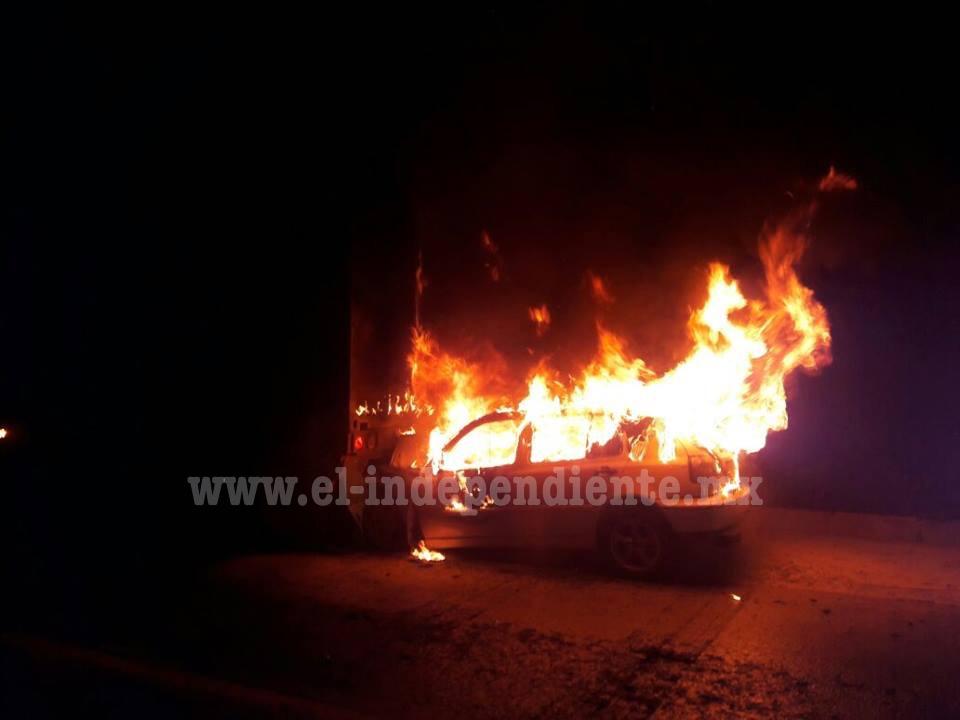 Auto choca por alcance contra la caja de un tráiler y se incendia