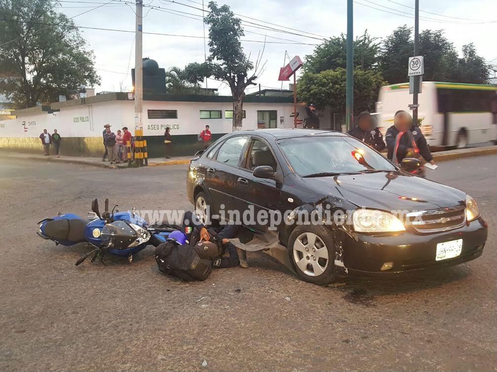 Un oficial de policía lesionado al chocar su motocicleta contra un auto particular en Zamora