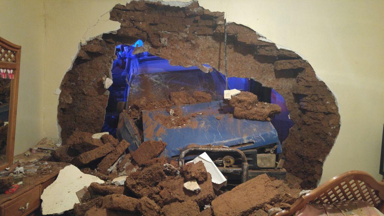 ¡Tremendo susto! Camioneta tira la barda de la sala de su casa