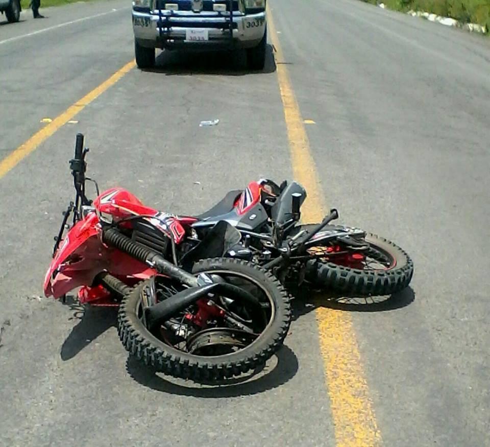 Motociclista resulta lesionado al impactar por alcance contra un automóvil