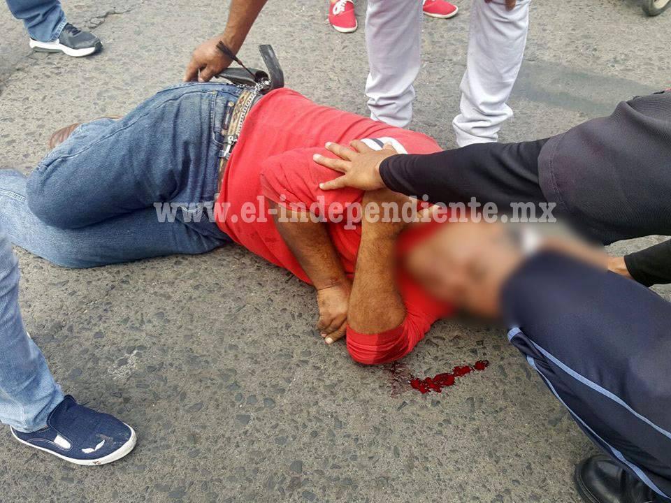 Chocan auto y motocicleta; hay un hombre lesionado