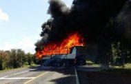 Integrantes de la ONOEM queman autobús de pasajeros en San Juan Tumbio