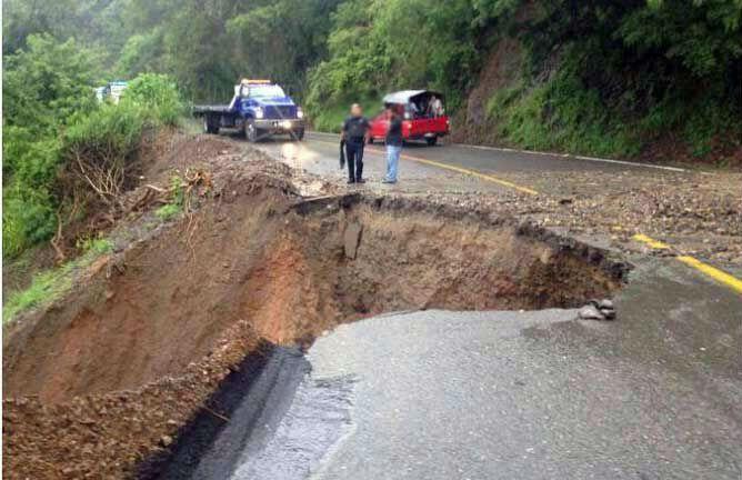 Se desgaja carretera y el vehículo en el que iba una familia cae a un barranco