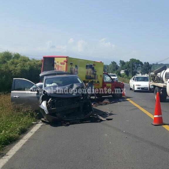 Chocan camioneta repartidora de refrescos y auto particular en Tangancícuaro; 2 lesionados