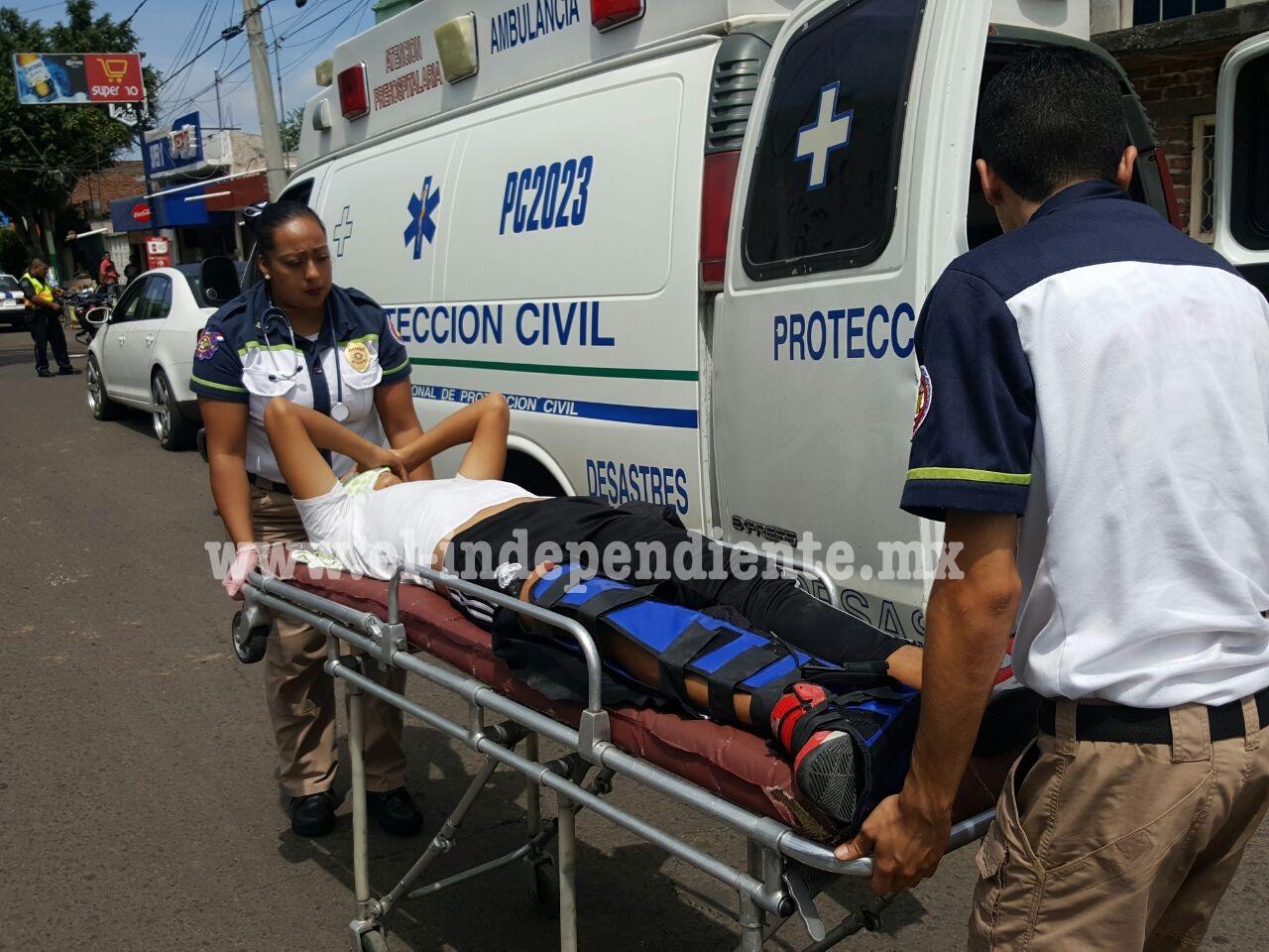 Primer accidente en el Par Vial 20 de Noviembre; motociclista choca contra un auto estacionado