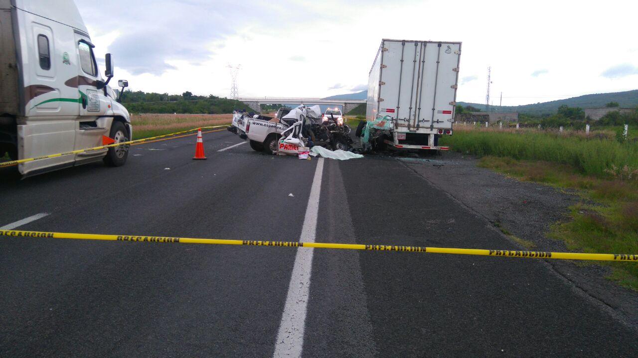 Dos muertos y un herido al chocar contra la caja de un tráiler en la Autopista de Occidente
