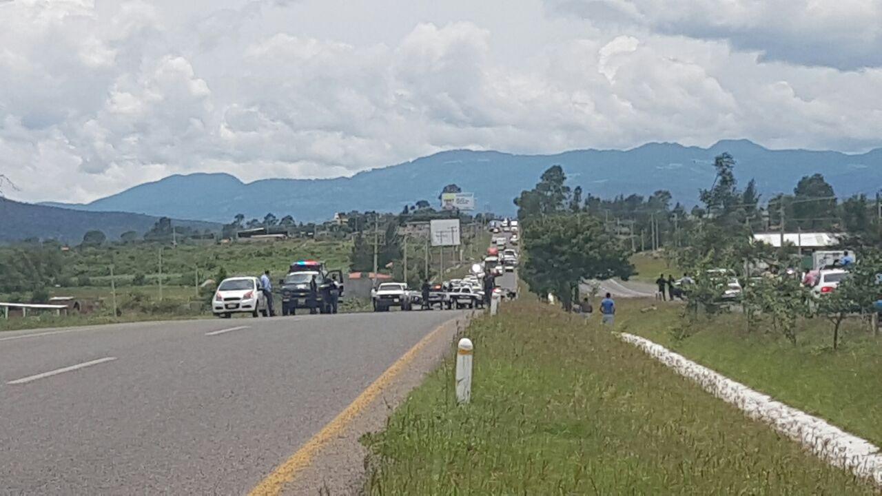 Sujeto armado causa pánico en la Morelia-Pátzcuaro, policías lo someten y detienen