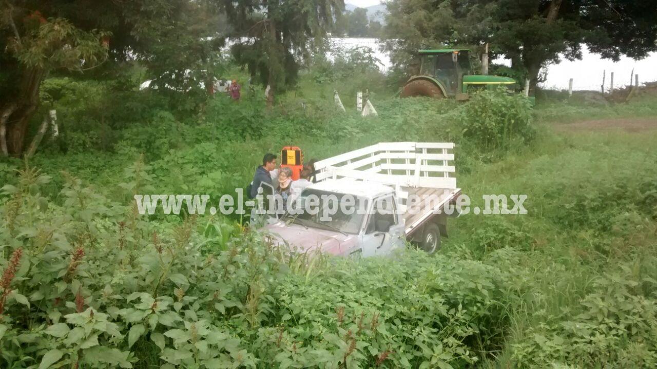 Pareja de sexagenarios son golpeados y sacados de la carretera por un camión de carga en Tangancícuaro