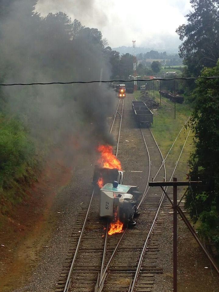 Normalistas queman dos vehículos en El Ajuno y realizan bloqueos carreteros