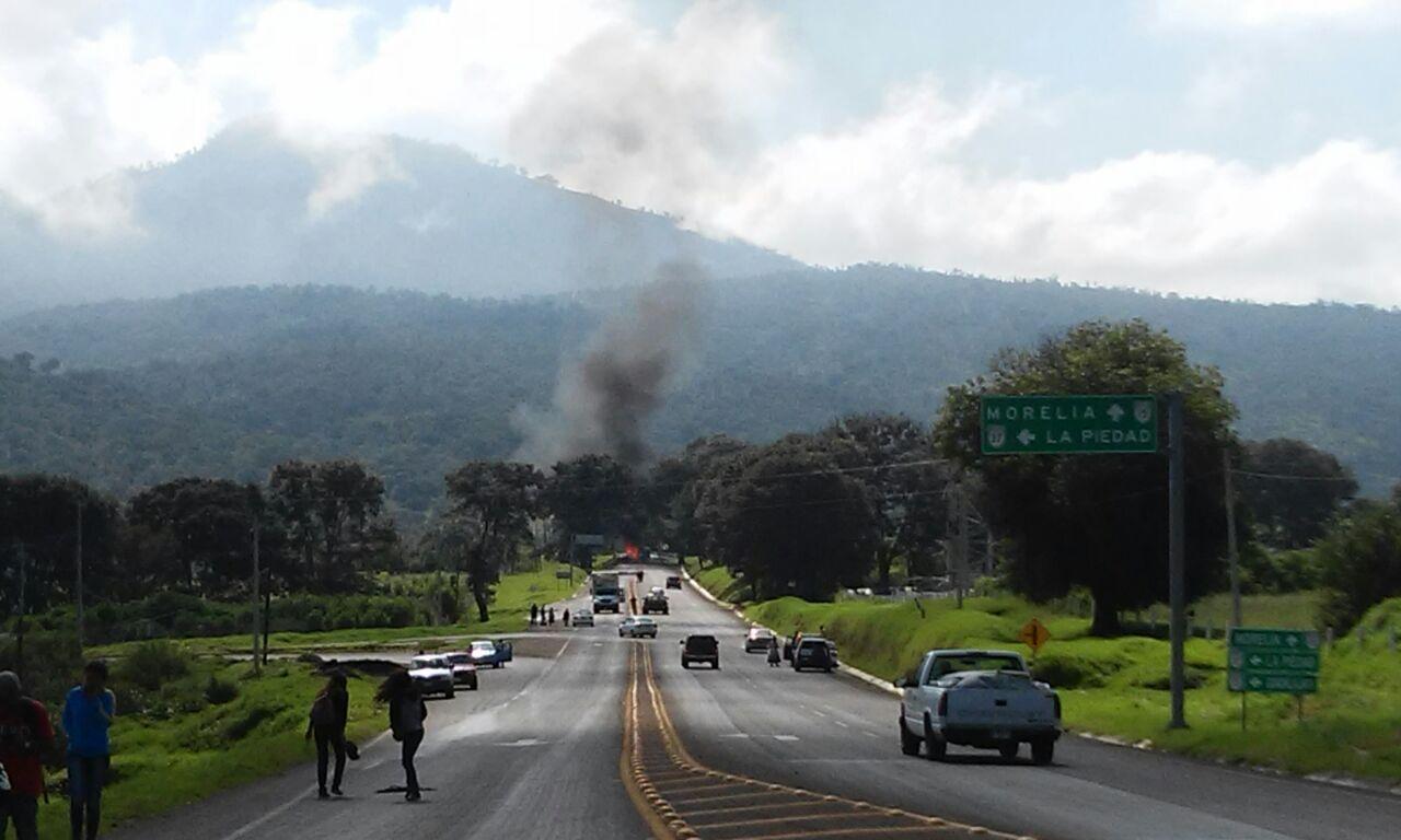 """Normalistas vuelven a """"hacer de las suyas"""" queman vehículo de Telmex"""