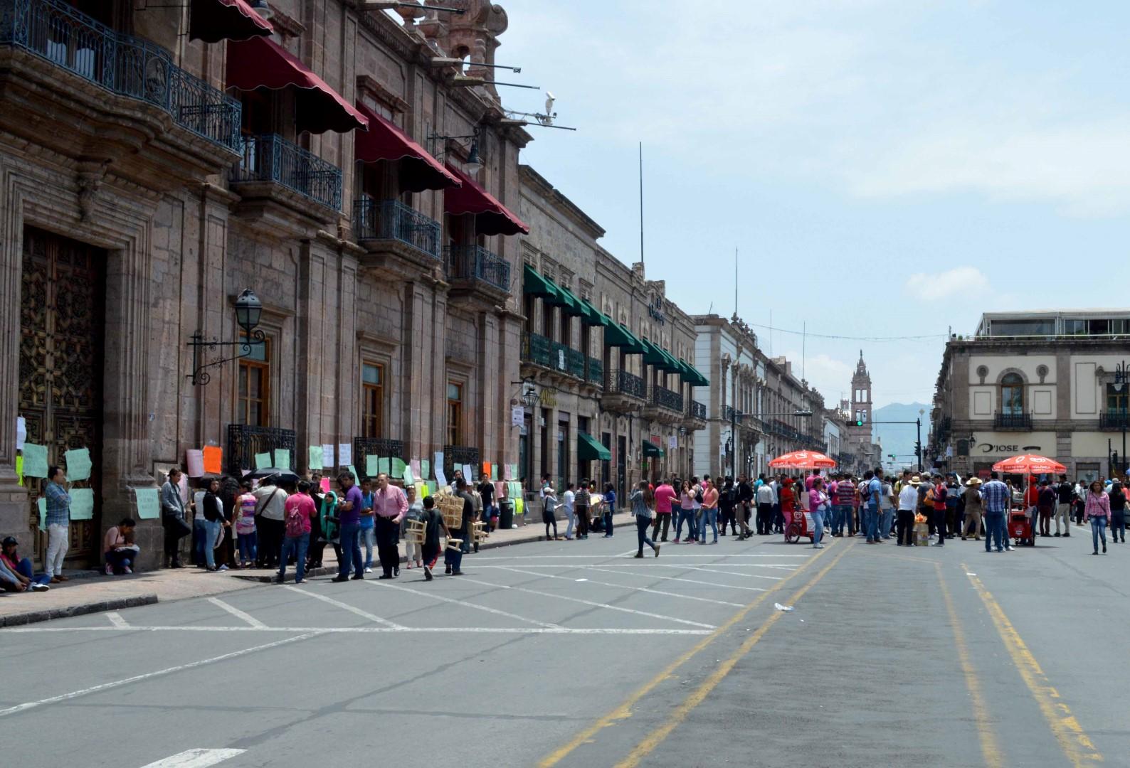 Marchan estudiantes rechazados y aspirantes a la UMSNH, en Morelia