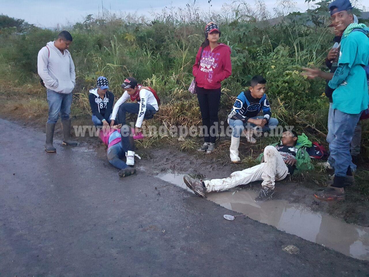 Camioneta embiste y lesiona a tres campesinos en el camino a Atacheo