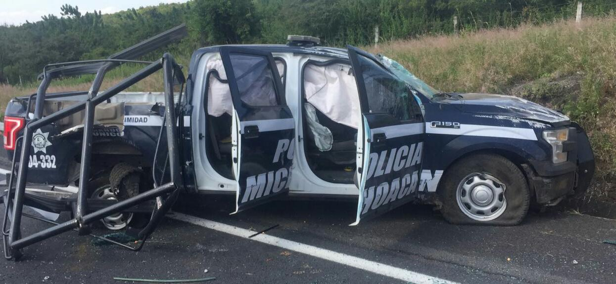Tres policías heridos al volcar su camioneta en la Autopista de Occidente