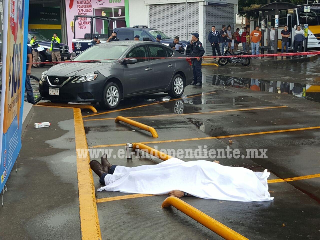 Riña afuera de un Oxxo de Zamora termina con un hombre muerto
