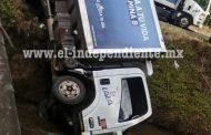 Se accidenta camión repartidor de lácteos en Tangancícuaro