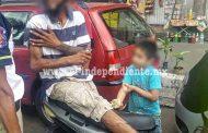 Padre e hijo heridos al chocar su motociclo contra la puerta de un auto
