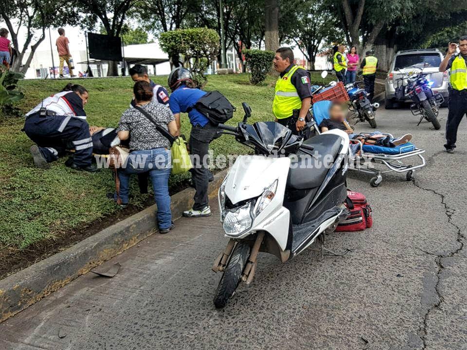 Choque de moto y camioneta deja dos jovencitos heridos