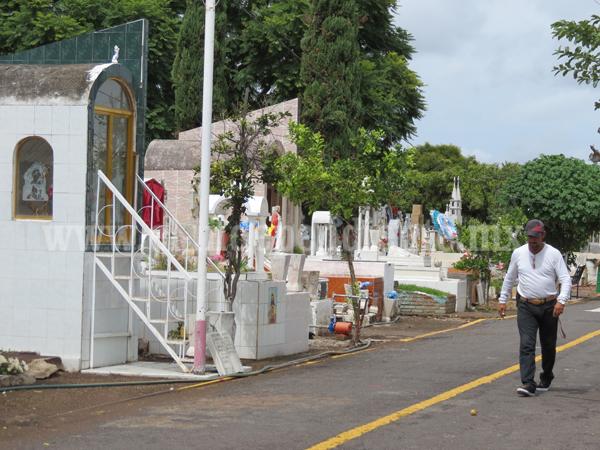 Alistan Panteón Municipal para celebración de Día de Muertos