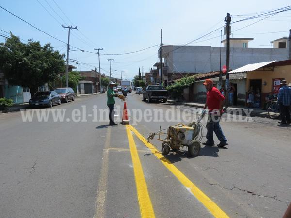 Buscan ordenar tránsito vehicular en zona urbana