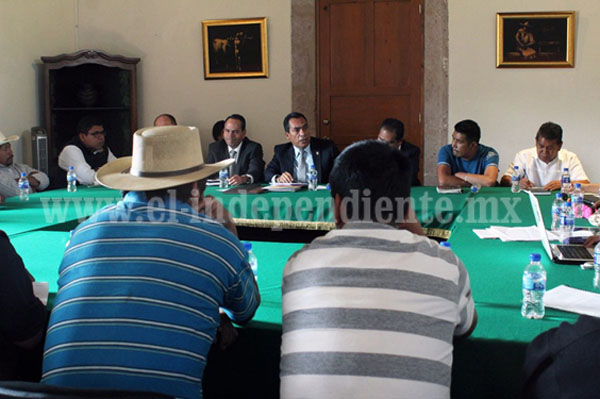 Instala Adrián López mesa de diálogo con habitantes de Pichátaro