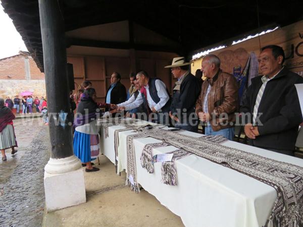 Premian a los ganadores de los concursos artesanales de Cuanajo