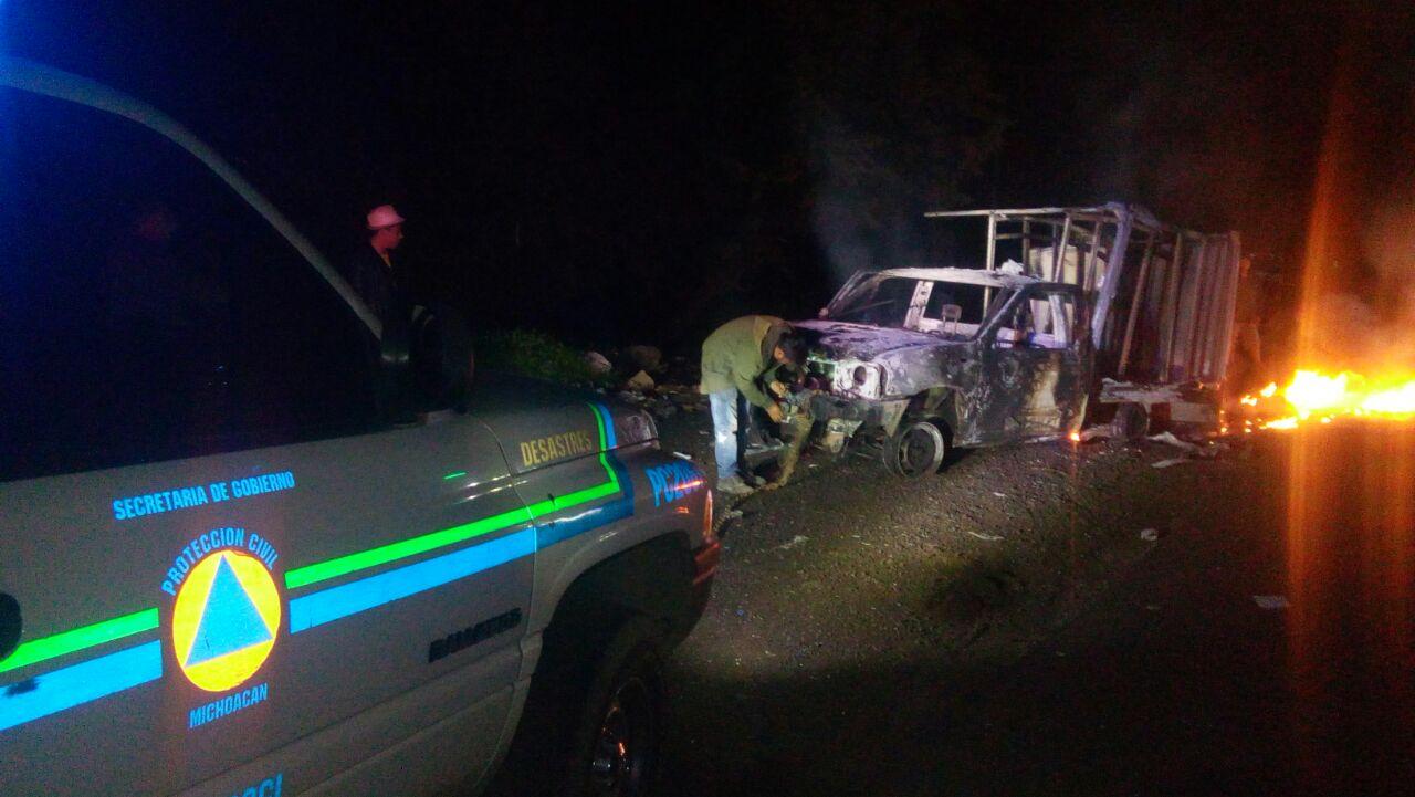 ONOEM vuelve a quemar vehículos, entre ellos una patrulla; en Cherán