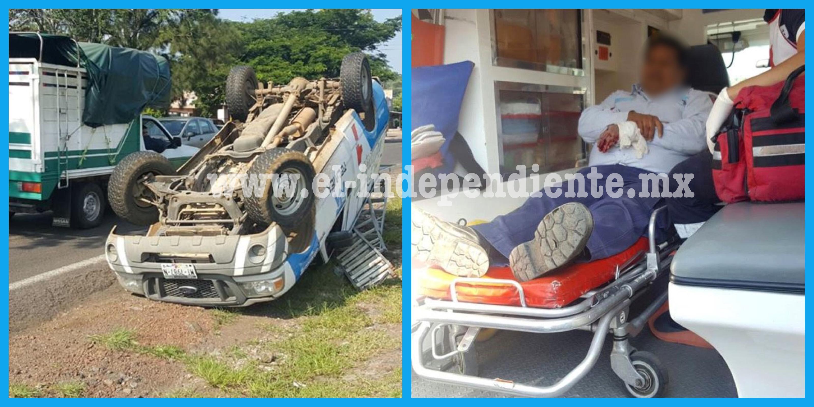 Camioneta de Telmex vuelca tras ser golpeada por otro auto en Jacona