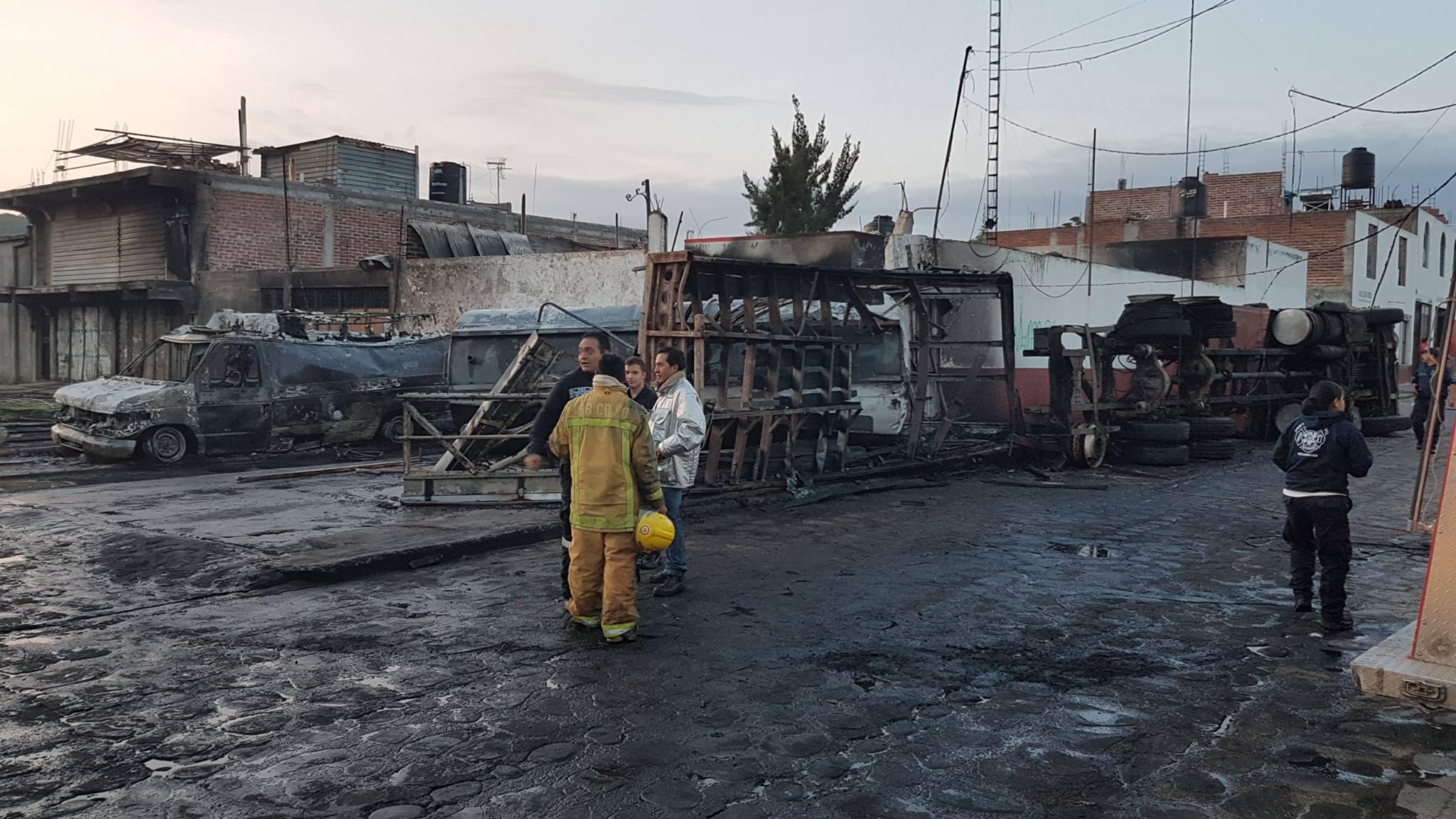 Camión-pipa se estrella contra la base de PC de Cuitzeo y la incendia