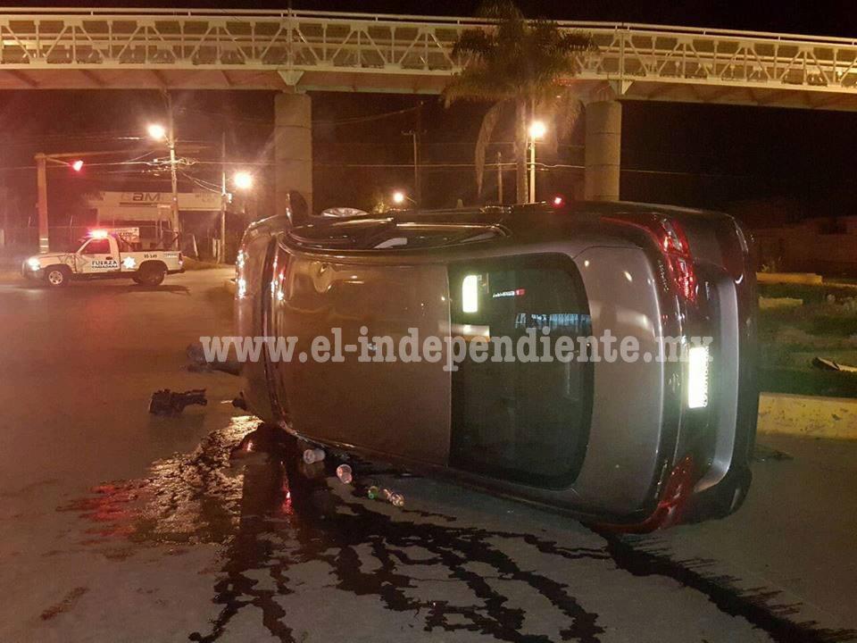 Impacta contra camellón y vuelva en la Avenida Madero de Zamora