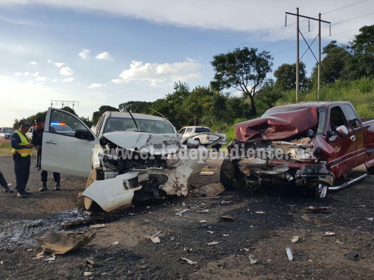 Fuerte choque de frente entre camionetas en Tangancícuaro
