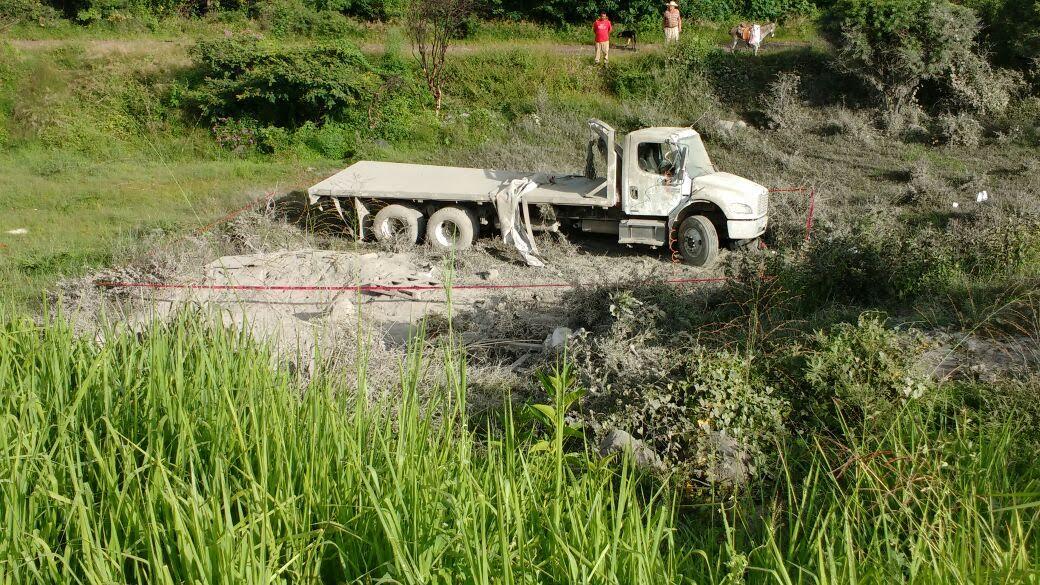 Camión torton vuelca, el chofer muere y el copiloto queda herido