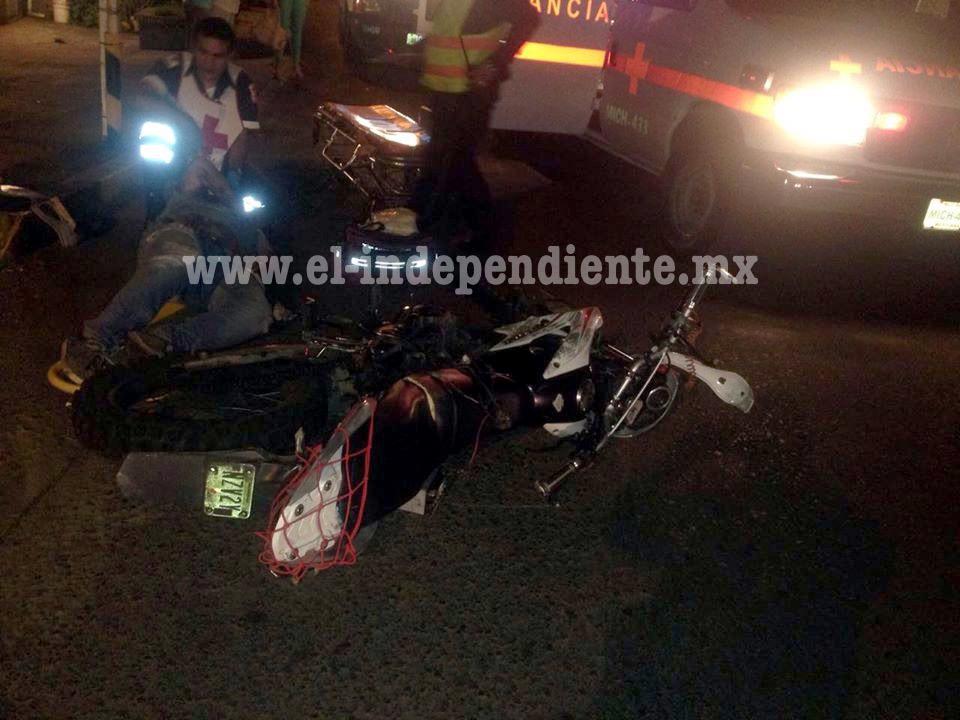 Joven pareja resulta herida al chocar dos veces con su moto en Zamora