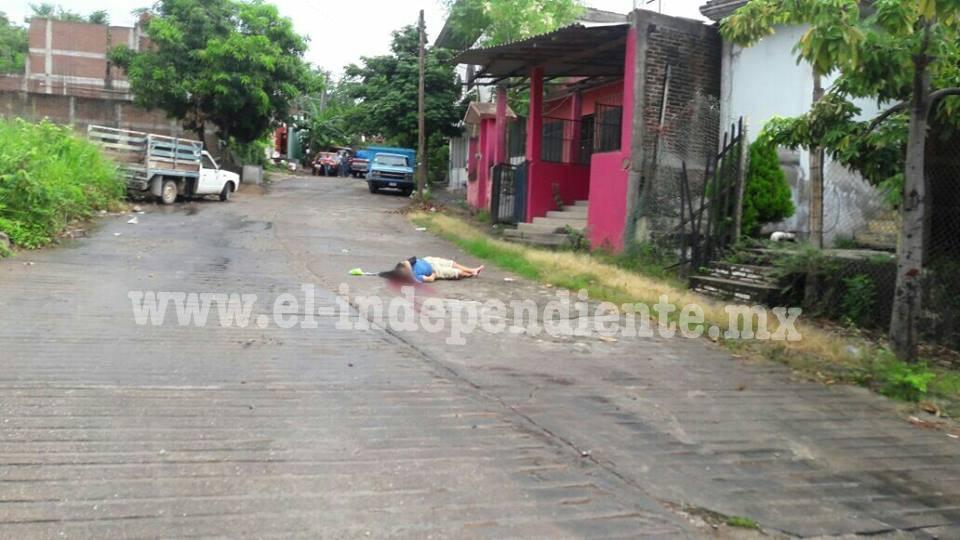 Gente armada saca a una mujer de su casa y la ultima en la calle