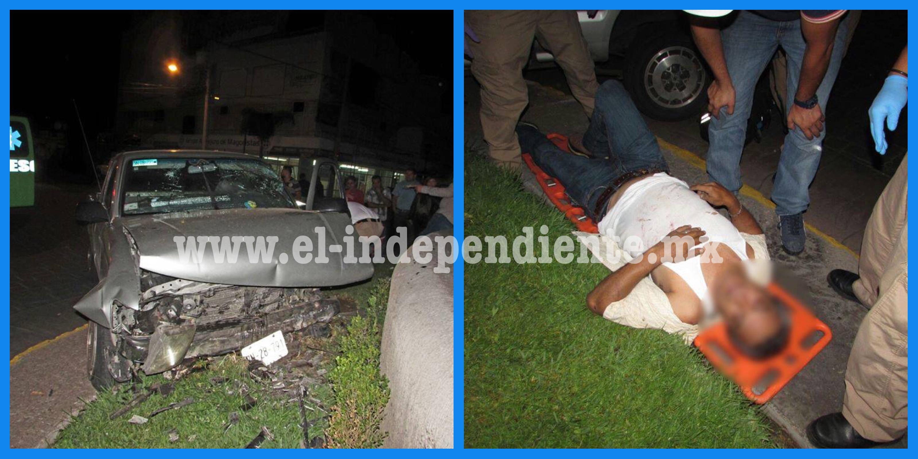 Impacta su camioneta contra la Glorieta 5 de Mayo